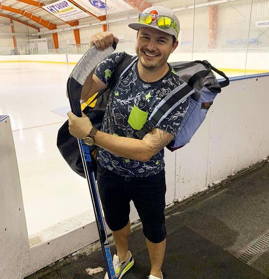 Před soutěží se věnoval práci kondičního trenéra a je bývalým hokejovým reprezentantem.