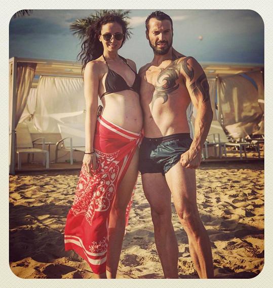 Vašek Noid Bárta před narozením miminka se vyrazil s Eliškou ještě ohřát k moři.