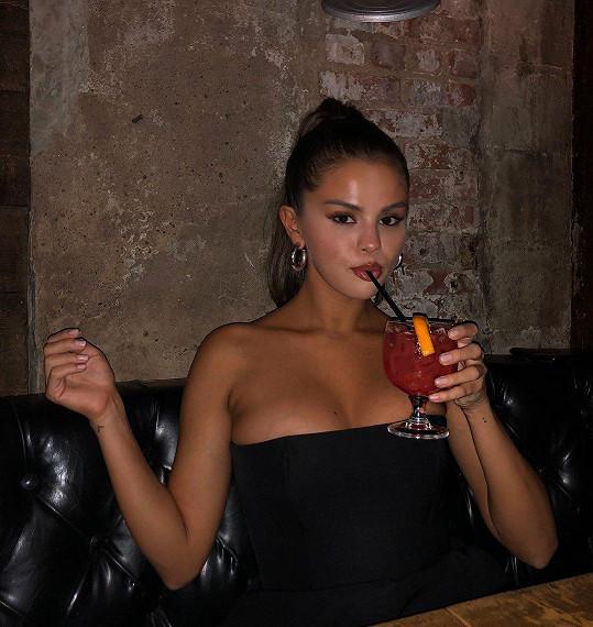 Selena šokovala snímkem s poněkud objemnějším poprsím.