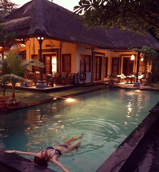 V luxusním apartmánu si Simona užívá večerní koupání v bazénu.