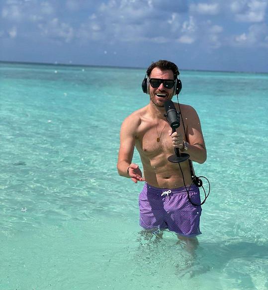 Leoš Mareš vypadá stále výborně. Takto letos moderoval Ranní show přímo z Malediv.