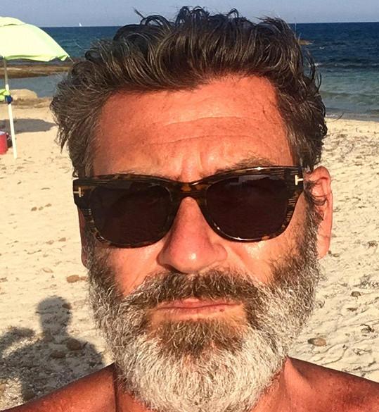 V slunečních brýlích a šedivém plnovousu byste ho teď vážně nepoznali.