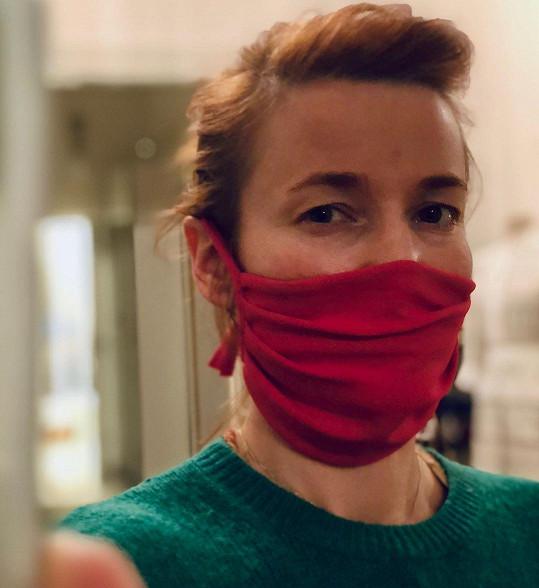 Kateřina Geislerová ve svém výtvoru. Návrhářka šije jako většina dalších kolegů roušky zdarma, aby pomohla tam, kde je to nejvíc potřeba.