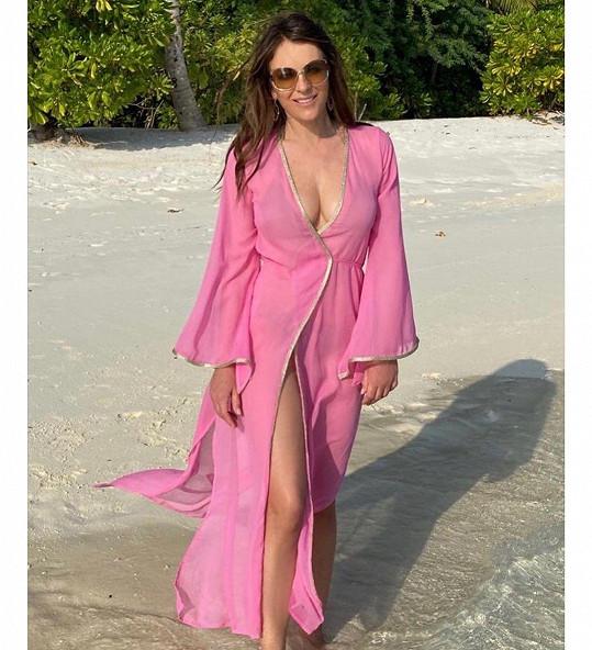 Elizabeth Hurley růžová barva sluší.