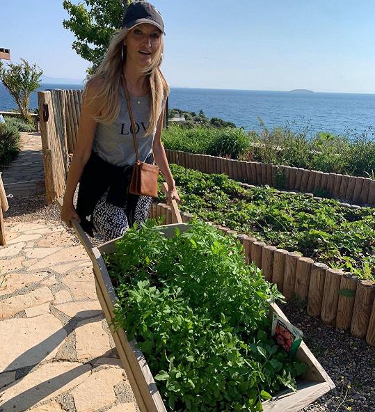 V Tureckém hotelu se nespoléhá jen na početný tým zaměstnanců, ale na zahradě sama pracuje. Je to pro ni forma relaxace.