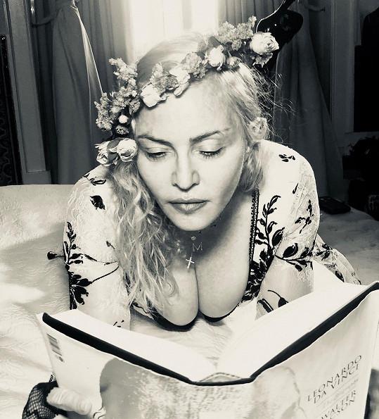 Madonna si málem přivřela prsa do knihy.