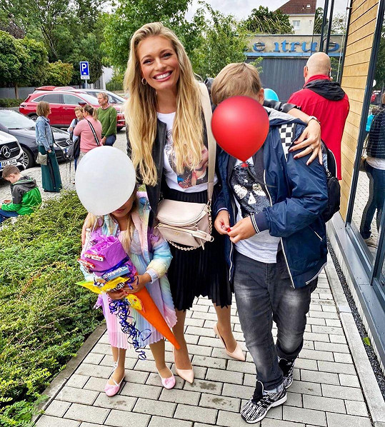 Lucie dcerce Lindě a synovi Lucasovi zakryla tvář balonky.