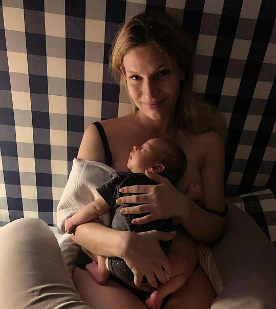 Malý chlapeček jí nejspíš zrovna usnul při kojení na obnažených ňadrech.