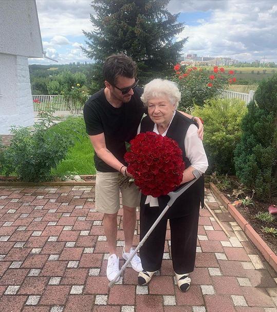 Leoš přijel babičce pogratulovat ke krásným 89. narozeninám.
