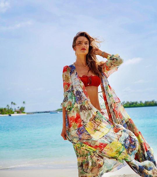 Díky vlastní značce plážového oblečení ji fanoušci v bikinách na Instagramu vídají pravidelně.