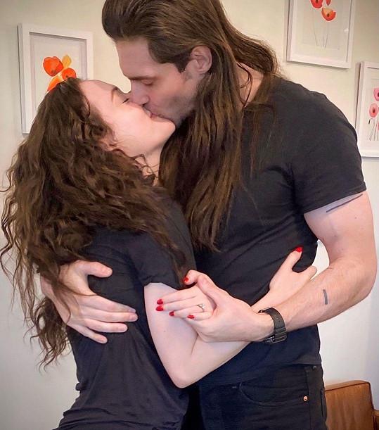 Zasnoubila se s přítelem Andrewem, vztah s ním přiznala teprve nedávno.
