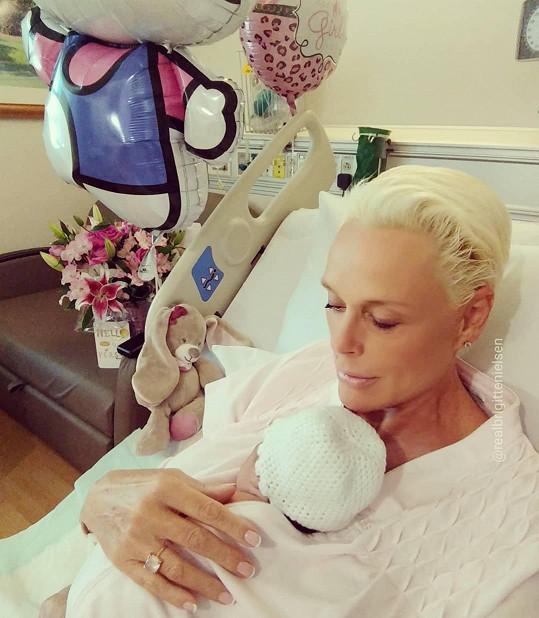 Dceru Fridu porodila v červnu.