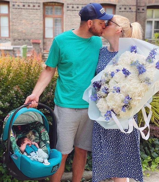 S manželem Petrem na snímku po odchodu z porodnice.