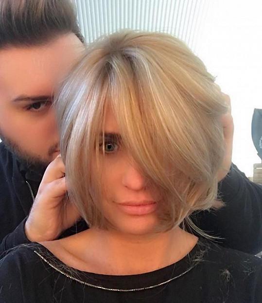 O nový účes se Katie postaral její kadeřník Mikey Kardashian.
