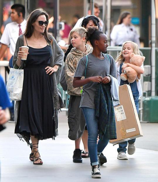Na nákupy s dětmi vyrazila v delších černých šatech na ramínka.