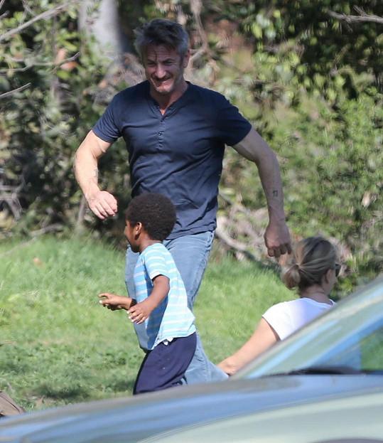 Herečka je zasnoubena s kolegou Seanem Pennem, který si Jacksona zamiloval. A on zase jeho.