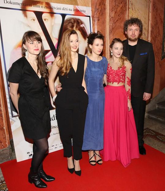 Tereza Těžká (druhá zleva) s hereckými kolegyněmi z dokumentu V síti, který režírovala Barbora Chalupová (první zleva) a Vít Klusák.