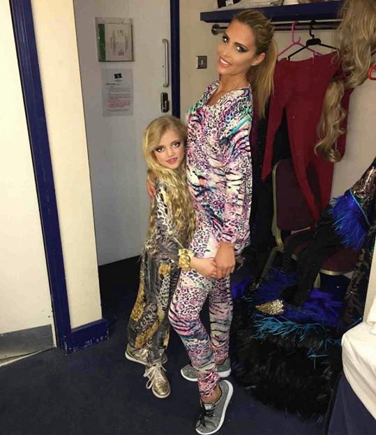Katie s dcerou v zákulisí divadla