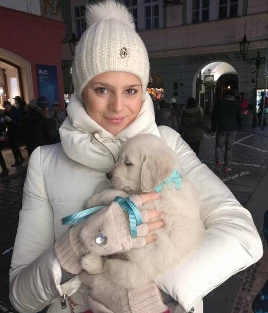 V zimě držela Ornella v náruči ještě malé štěňátko.