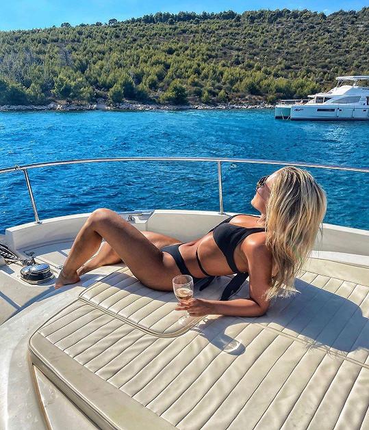 Během plavby na jachtě