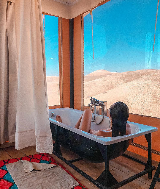 Úplně nahá se z vany kochala výhledem na písečné duny.