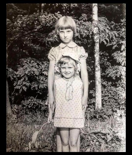 Simona Krainová věnovala své sestře k narozeninám vzpomínku z dětství. Simona stojí v popředí.