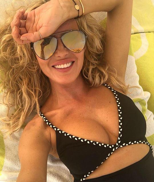 Simona Krainová předvedla na pláži přednosti v plavkách.