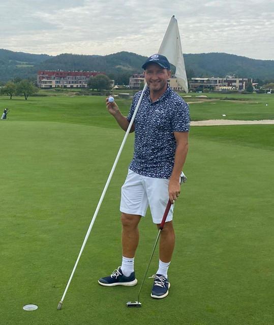 Sportu se věnuje stále, oblíbil si golf.