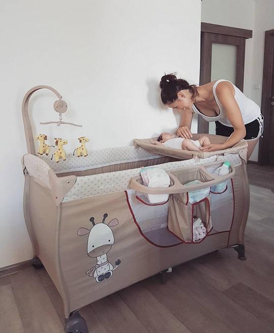 Moderátorce mateřství moc svědčí.