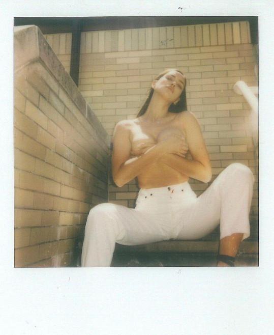 Irina Shayk sdílela s fanoušky snímky, kde pózuje nahoře bez.