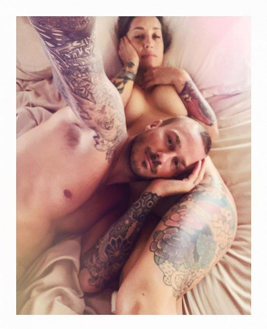 Kamu se s přítelem léčí v posteli.