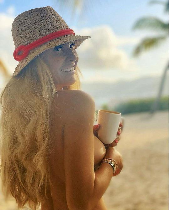 Simona Krainová si užívá pohodu na pláži.