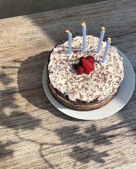 Dcera ozdobila dort ze solidarity jen čtyřmi svíčkami.
