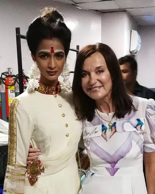 Návrhářka s indickou modelkou