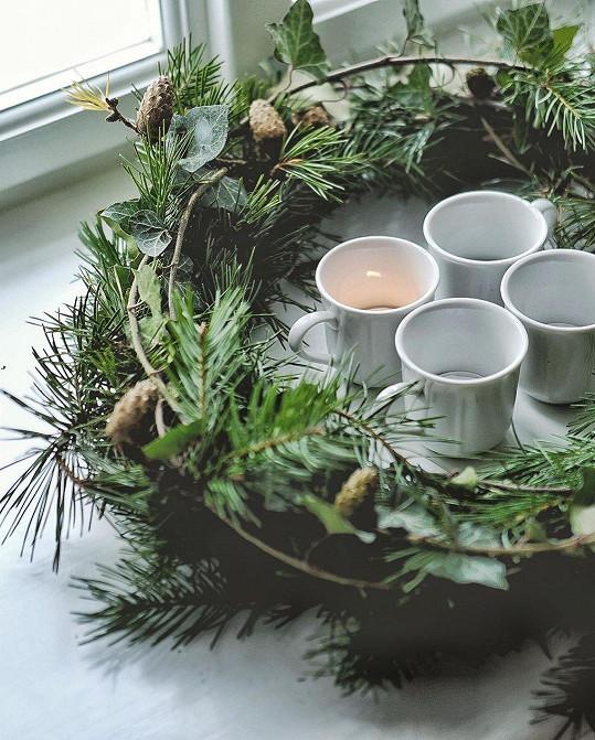 I takhle krásně lze vytvořit věnec za pomoci větví a čtyř hrnečků s čajovými svíčkami.