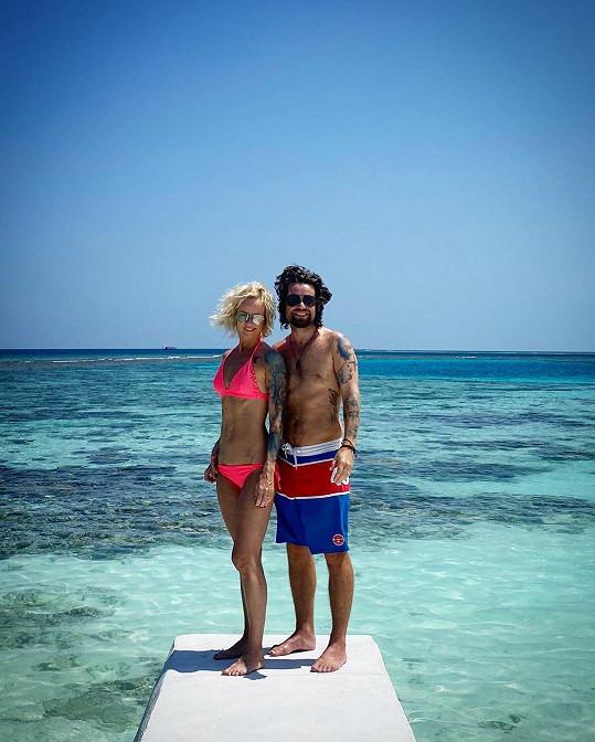 S rodinkou si užívají na Maledivách.