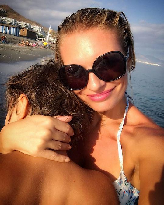 Lucie Borhyová se synem Lucasem na Krétě