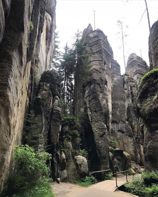 Herečka objevuje krásy Adršpašsko-teplických skal.