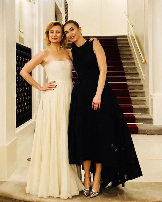 Herečku do Státní opery doprovodila kamarádka Jolana Dvořáková, vedoucí uměleckého provozu opery Národního divadla, pod kterou pražský operní dům spadá.