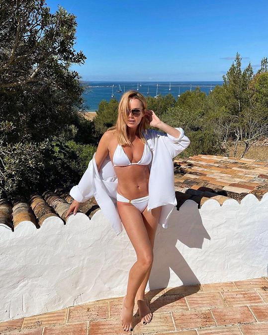 Amanda Holden si užívá dovolené a na první snímek od moře oblékla bílé plavky.