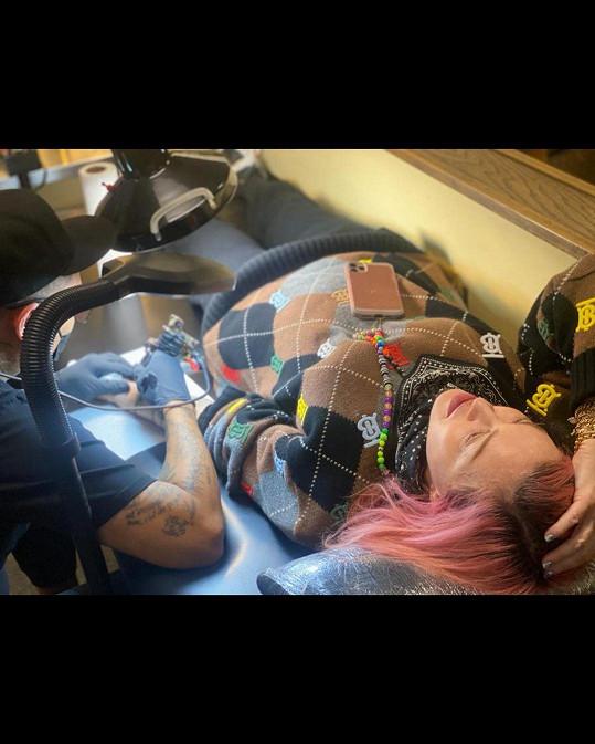 Madonna si nechala udělat své úplně první tetování.