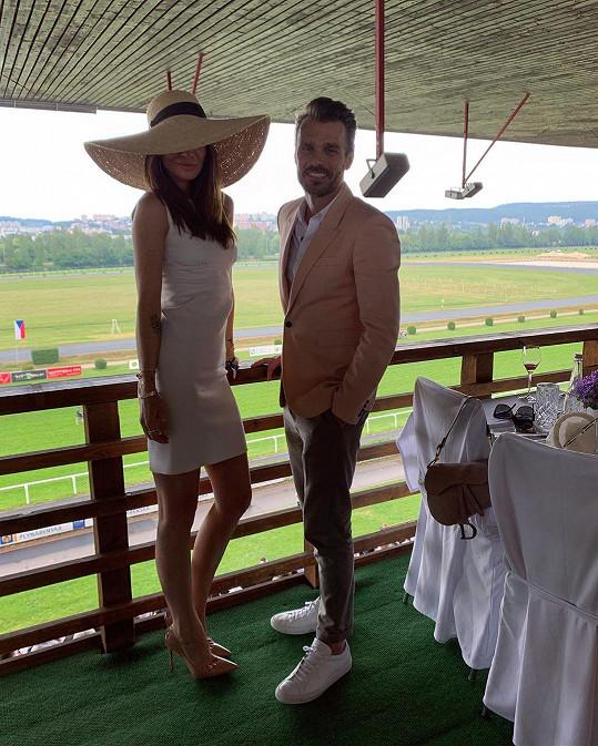 Monika Marešová oblékla pudrové koktejlky a její manžel Leoš se s ní sladil díky saku ve starorůžové barvě.