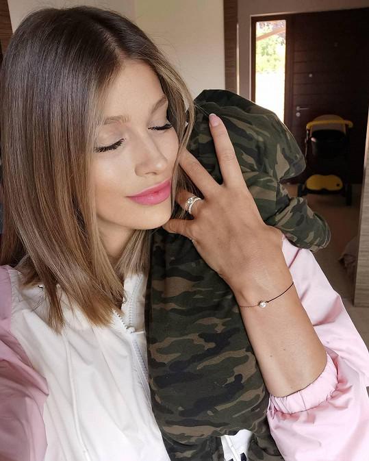Jasmina Alagič se svého malého syna nemůže nabažit.