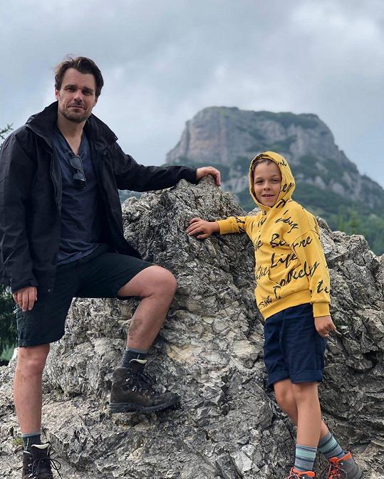 Leoš Mareš se synem Matějem cestou na Malý Rozsutec. Kvůli bouřce se museli vrátit.