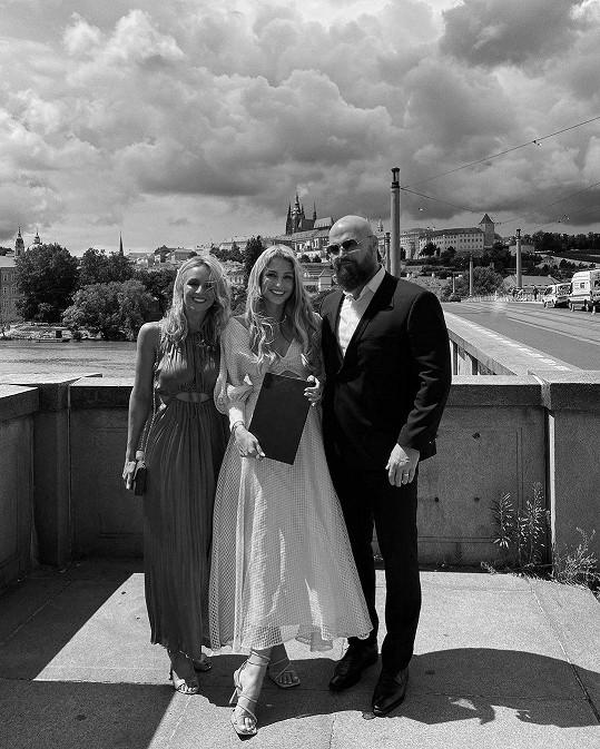 Převzetí diplomu v Rudolfinu přihlíželi Karolínini rodiče.