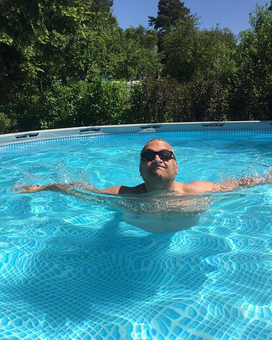 Patrik Hezucký si dopřál koupačku v bazénu.