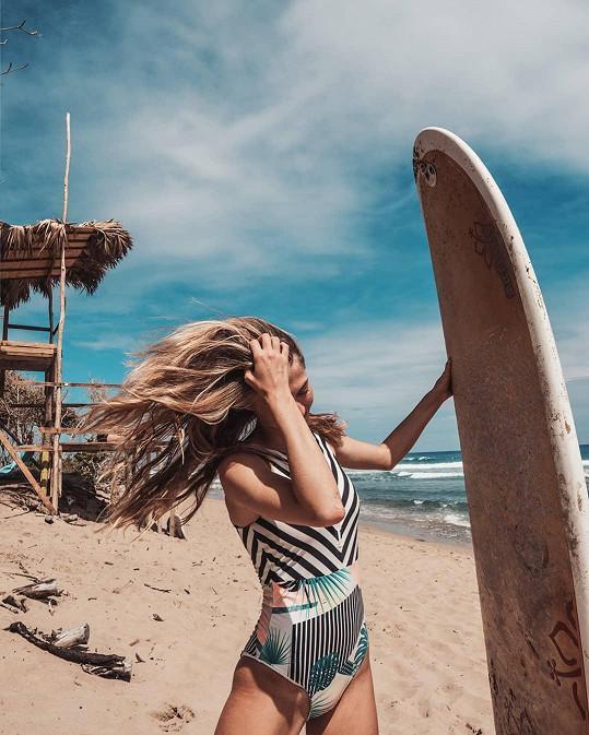 Natálie Kotková si užívá surfování v Dominikánské republice.