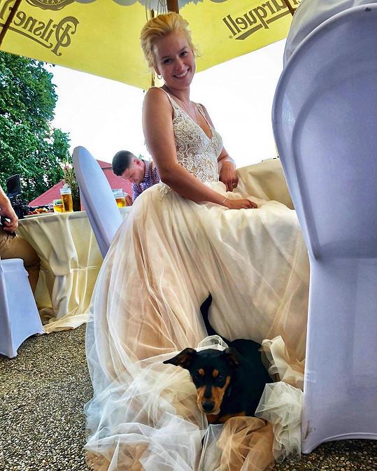 Pochlubila se také momentkou, na které jí její pes Čolek zalehl šaty.
