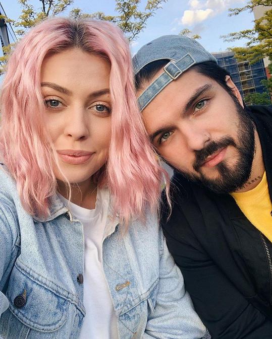 AMCO chodí s youtuberkou Anežkou Chudlíkovou aka Not So Funny Any