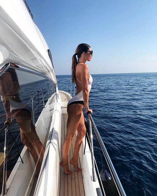 V bílých plavkách Monika ukázala dokonalé křivky.